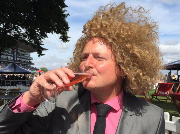 Mick Hucknall má rád svoje víno simply red