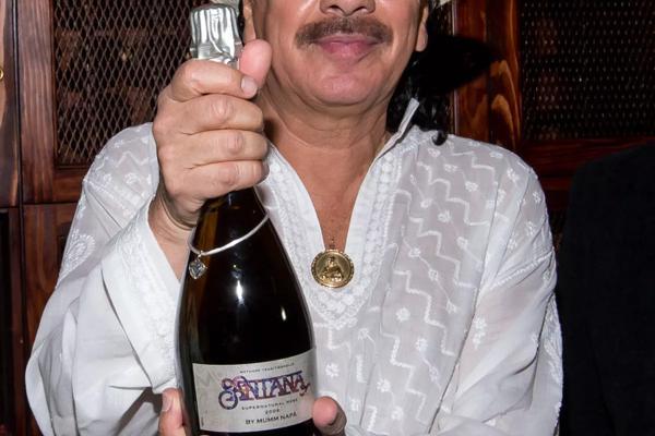 Carlos Santana a vínko pre charitu