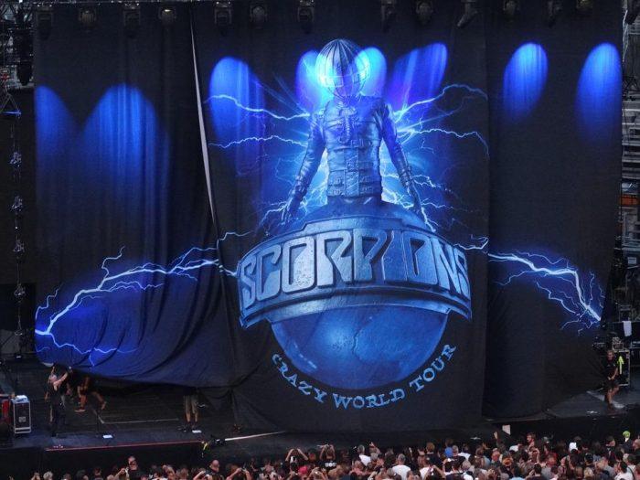 Scorpions - dvíhanie opony pri Crazy World Tour